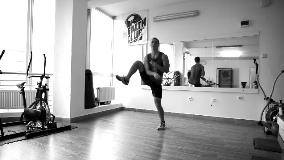 Naizmenična podizanje kolena napred pa u stranu